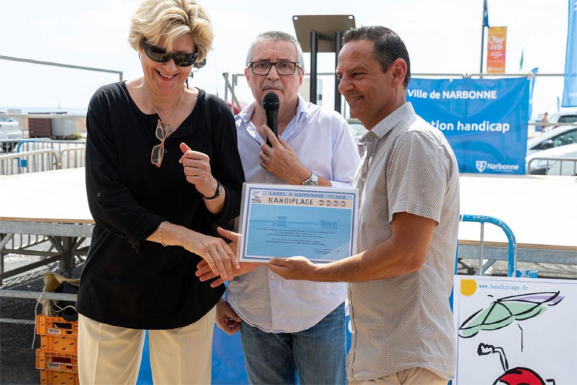 photo Valérie collaboratrice remet le Label Handiplage à la ville de Narbonne